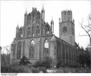 Bundesarchiv_Bild_183-17168-0003,_Neubrandenburg,_Marienkirche,_zerstört