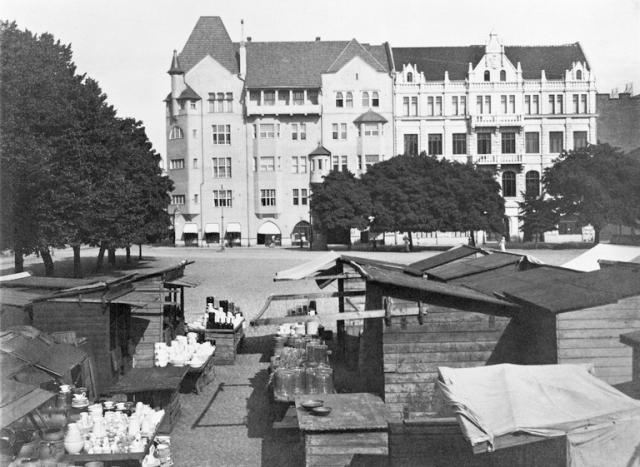 1901 - 1905 . Kasarmitori.Torikauppaa. Taustalla Fabianinkatu 17, 15.